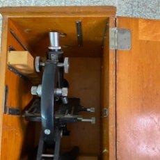 Antigüedades: MICROSCOPIO ANTIGUO EN SU CAJA ORIGINAL. Lote 236013055
