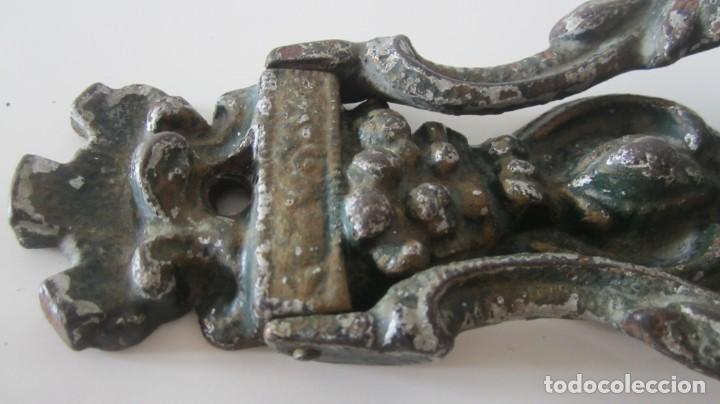 Antigüedades: ANTIGUA ALDABA EN HIERRO FUNDIDO POLICROMADO PICAPORTE LLAMADOR DE PUERTA - Foto 10 - 236143075