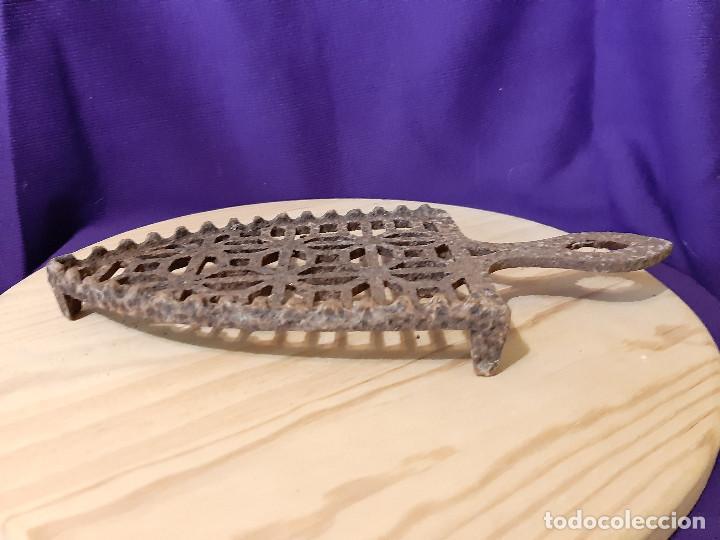Antigüedades: reposa planchas para plancha de carbón de hierro origen gallego años 30 - Foto 3 - 236186800