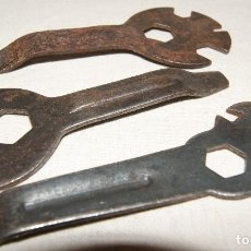 Antigüedades: ANTIGUAS LLAVES DE HERRAMIENTAS PARA TUERCAS DE BICICLETA VARIOS TAMAÑOS LLAVE DE HERRAMIENTAS. Lote 236223510