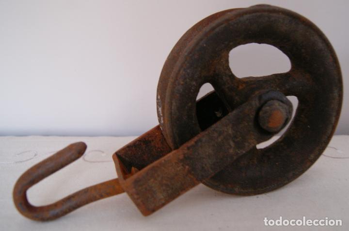 POLEA DE POZO DE 14 CM. GARRUCHA ROLDANA (Antigüedades - Técnicas - Cerrajería y Forja - Varios Cerrajería y Forja Antigua)