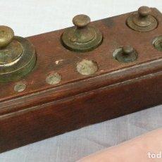 Antigüedades: PESAS ORIGINALES EN BRONCE CON SU TACO. JUEGO DE 5 PESAS ANTIGUAS.. Lote 236301830