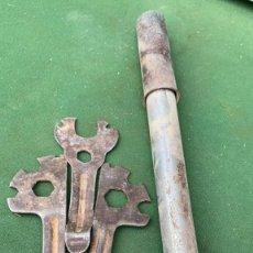 Antigüedades: BOMBA Y LLAVES FIJAS PARA BICICLETAS ANTIGUAS DESCONOZCO USO. Lote 236463235