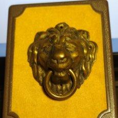 Antigüedades: TIRADOR DE LATON PARA MUEBLE O CAJON. CABEZA DE LEON. Lote 236754035