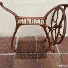 Antigüedades: CONJUNTO PEDALES MAQUINA DE COSER SINGER. Lote 236811610
