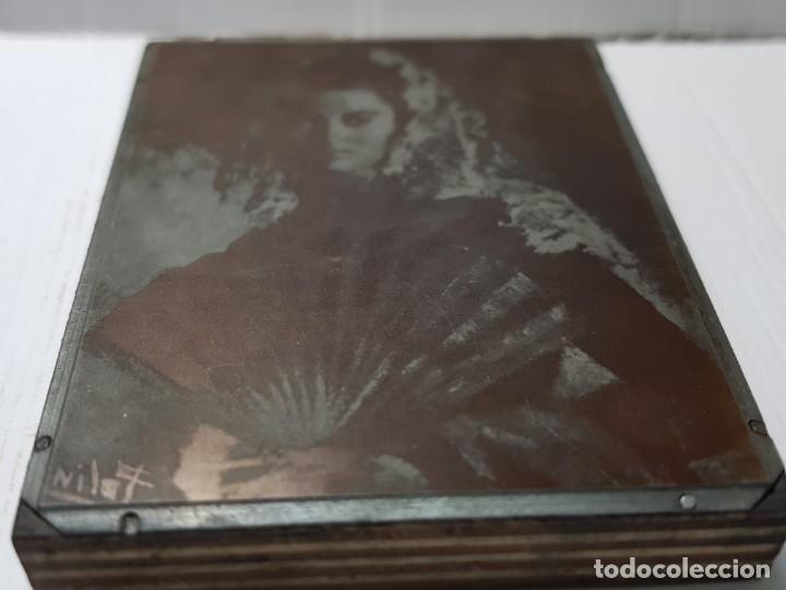 Antigüedades: Tampon Metalico-Cliche Imprenta metalico Fotografía Mujer Con Mantilla y Abanico firmada por autor - Foto 5 - 236827270