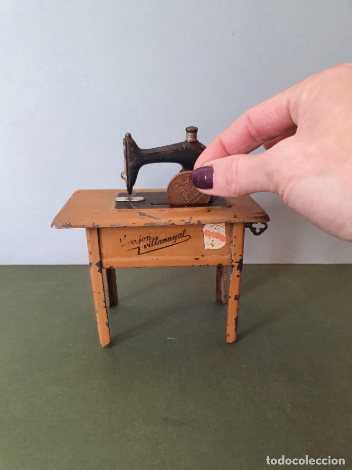 Antigüedades: Antigua y rara hucha Maquina de Coser Singer, original con su llave, años 20 - Foto 2 - 236966815