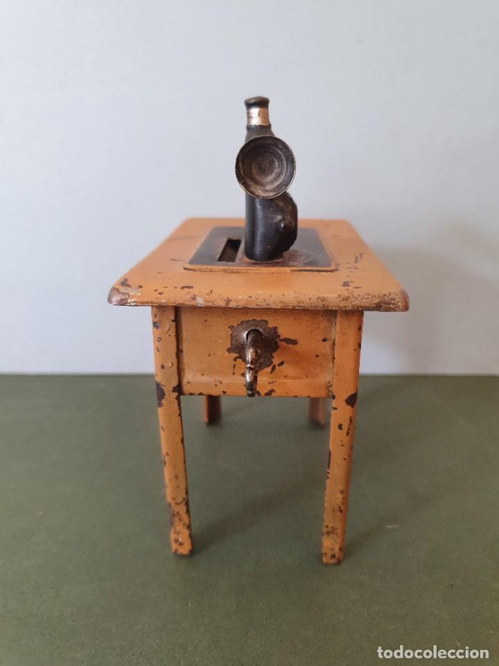 Antigüedades: Antigua y rara hucha Maquina de Coser Singer, original con su llave, años 20 - Foto 7 - 236966815