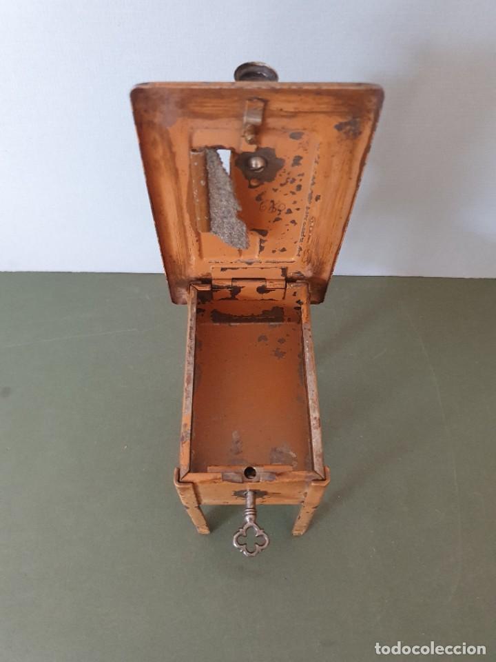 Antigüedades: Antigua y rara hucha Maquina de Coser Singer, original con su llave, años 20 - Foto 12 - 236966815