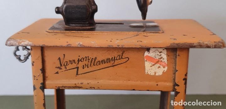 Antigüedades: Antigua y rara hucha Maquina de Coser Singer, original con su llave, años 20 - Foto 19 - 236966815