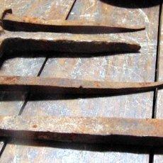 Antigüedades: LOTE DE CLAVOS FORJA, MUY ANTIGUOS Y GRANDES, HIERRO FORJADO. Lote 237041375