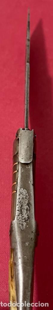 Antigüedades: Antigua navaja Española, con cachas de asta y hoja con restos de policromia. - Foto 3 - 237312585