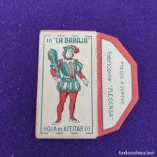 Antigüedades: FUNDA DE HOJA DE AFEITAR ANTIGUA. LA BARAJA. 10 BASTOS.. Lote 237325935
