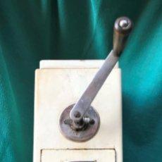 Antiquités: MOLINILLO DE CAFE DE MADERA. Lote 237387035