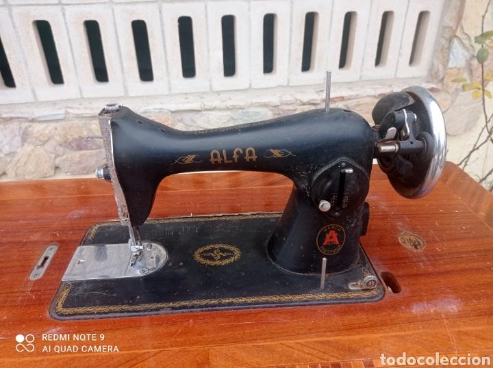 Antigüedades: Antigua maquina coser Alfa con mesa y pie metalico - Foto 2 - 237552670