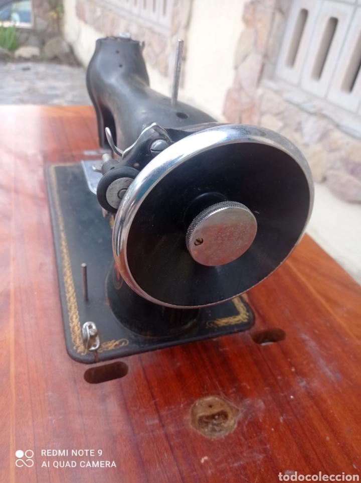 Antigüedades: Antigua maquina coser Alfa con mesa y pie metalico - Foto 4 - 237552670