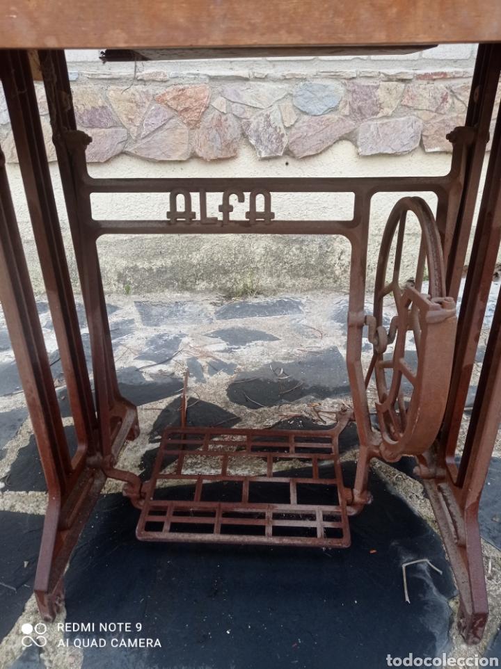 Antigüedades: Antigua maquina coser Alfa con mesa y pie metalico - Foto 6 - 237552670