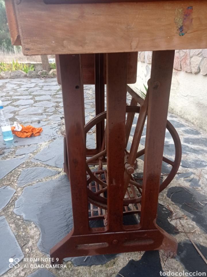 Antigüedades: Antigua maquina coser Alfa con mesa y pie metalico - Foto 7 - 237552670