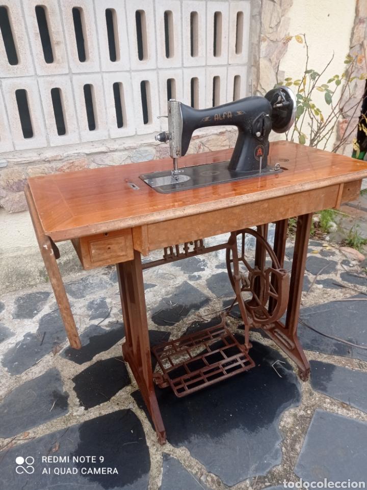 Antigüedades: Antigua maquina coser Alfa con mesa y pie metalico - Foto 9 - 237552670