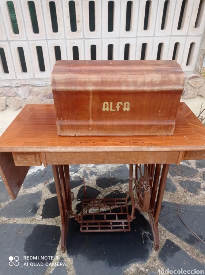 Antigüedades: Antigua maquina coser Alfa con mesa y pie metalico - Foto 10 - 237552670