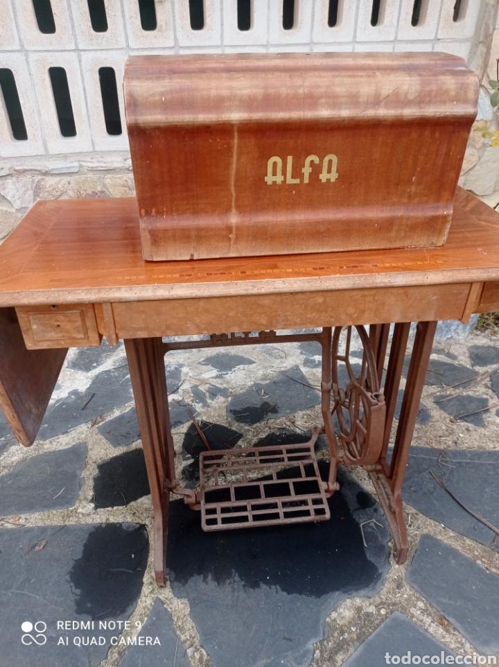 Antigüedades: Antigua maquina coser Alfa con mesa y pie metalico - Foto 12 - 237552670