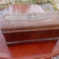 Antigüedades: TAPA DE MADERA ANTIGUA MAQUINA DE COSER. Lote 237558760