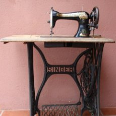 Antigüedades: ANTIGUA MAQUINA COSER A PEDAL MESA, PIE HIERRO THE SINGER MANUFACTURING Cº GREAT BRITAIN VER FOTOS. Lote 237582605