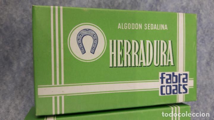 Antigüedades: Caja con 12 carretes de hilo blanco de algodón nº 50. Herradura. 135 metros (IV) - Foto 3 - 237691645