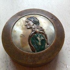 Antigüedades: ANTIGÜEDADES - CAJA DE COSTURA - MADERA, CON ADORNO CHAPEADO EN RELIEVE DE UNA ANCIANA.. Lote 187214962