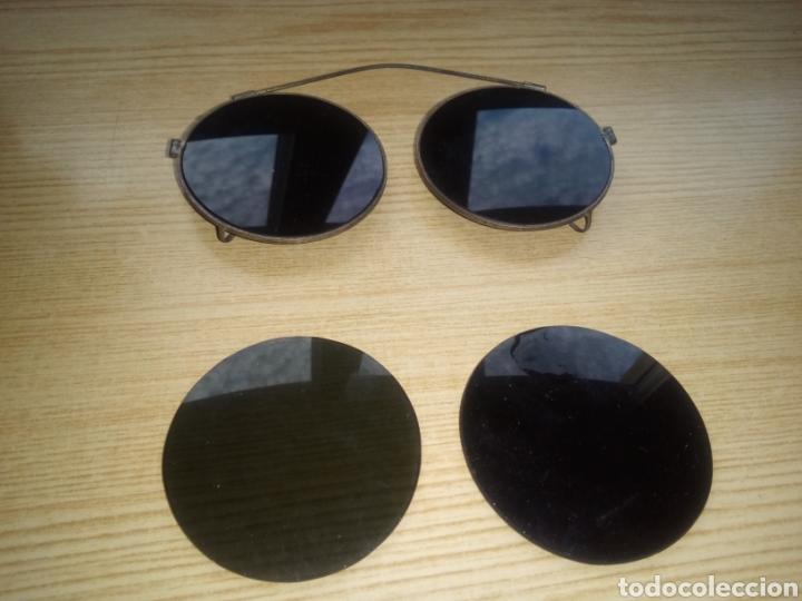ANTIGUAS GAFAS DE SOL REDONDAS CON CRISTALES NEGROS Y REPUESTOS (Antigüedades - Técnicas - Instrumentos Ópticos - Gafas Antiguas)