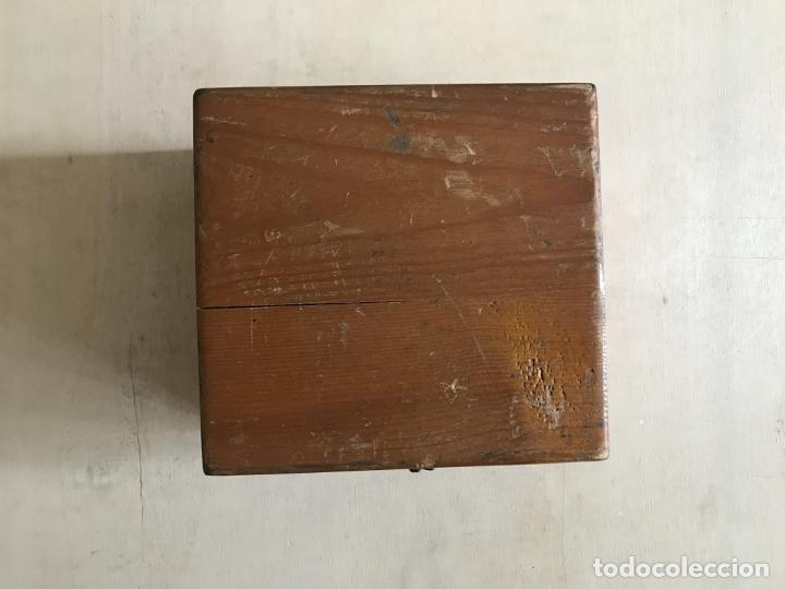 Antigüedades: Brújula alemana metálica en su caja de madera, hacia 1950 - Foto 2 - 238475695