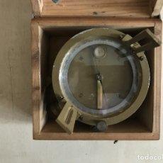 Antigüedades: BRÚJULA ALEMANA METÁLICA EN SU CAJA DE MADERA, HACIA 1950. Lote 238475695