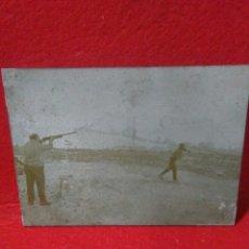 Antigüedades: ANTIGUA PLANCHA METALICA ,CON FOTOGRAFIA ,CAMPO DE TIRO SUELTA DE PERDIZ ,LLIRIA VALENCIA. Lote 238909410
