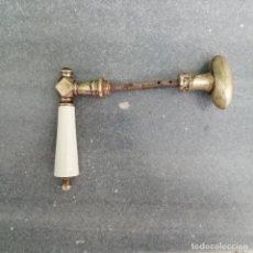 Antigüedades: ANTIGUO TIRADOR DE BRONCE Y PORCELANA PARA PUERTA VENTANA PASADOR MANIVELA CERRAJERIA POMO. Lote 239427035