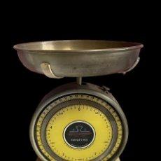 Antigüedades: ANTIGUO PESO-BÁSCULA AMARILLO, MARCA A.G.A.ESPAÑOL, MUY BIEN CONSERVADO, FUNCIONA PERFECTAMENTE,. Lote 239938500