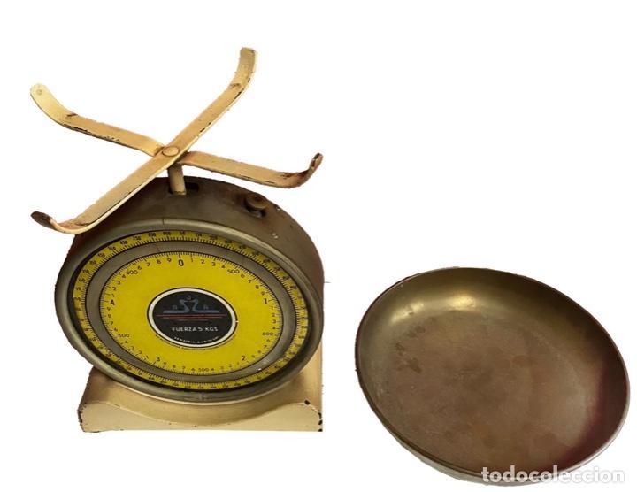 Antigüedades: Antiguo peso-báscula amarillo, marca A.G.A.español, muy bien conservado, funciona perfectamente, - Foto 2 - 239938500