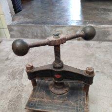 Antigüedades: PRECIOSA Y ANTIGUA PRENSA DE LIBROS HIERRO BRONCE MARCA JMB J M B ENCUADERNAR. Lote 239989410