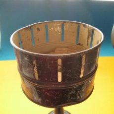 Antigüedades: ANTIGUO ZOOTROPO - CINE EN METAL Y MADERA, 16 TIRAS.. Lote 240146440