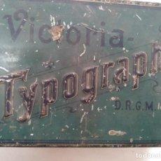 Antigüedades: 03420 VICTORIA TIPOGRAPH CAJA CON 2 CUÑOS, LETRAS PEQUEÑAS Y 4 CAJETINES DE TIPOGRAFIA. Lote 240164255