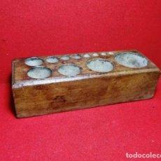 Antigüedades: ANTIGUA CAJA DE MADERA PARA PESAS, PESO BASCULA ROMANA. Lote 240207040