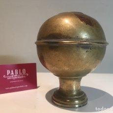 Antigüedades: ANTIGUA BOLA DE BRONCE DECORADA +1 KGS - S.XIX - POMO, TERMINACIÓN, BARANDILLA, CAMA - MUY PESADA. Lote 240397455