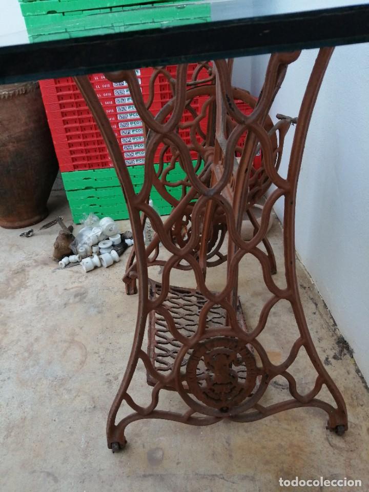 Antigüedades: Antiguas patas de mesa para maquina de coser SINGER pie pedal hierro fundido costura - Foto 2 - 240522550