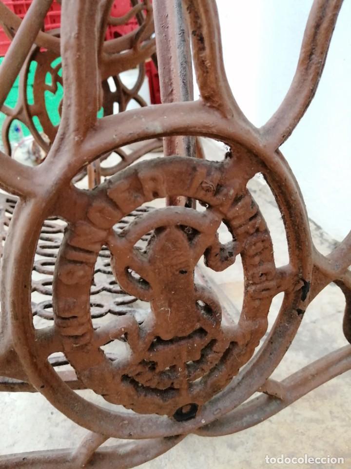 Antigüedades: Antiguas patas de mesa para maquina de coser SINGER pie pedal hierro fundido costura - Foto 3 - 240522550