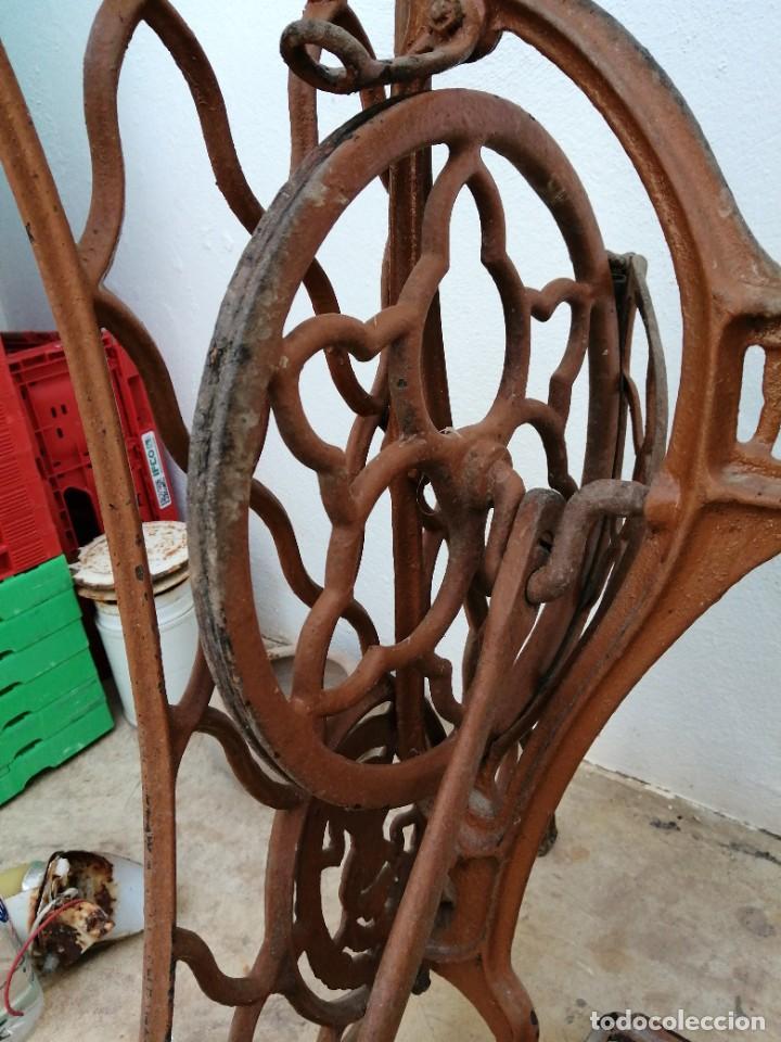 Antigüedades: Antiguas patas de mesa para maquina de coser SINGER pie pedal hierro fundido costura - Foto 4 - 240522550
