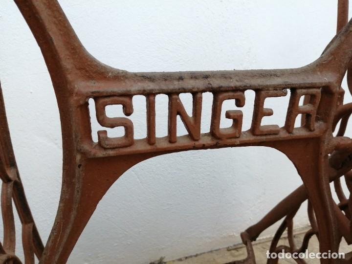 Antigüedades: Antiguas patas de mesa para maquina de coser SINGER pie pedal hierro fundido costura - Foto 6 - 240522550