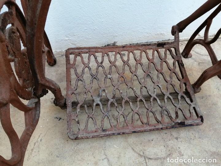 Antigüedades: Antiguas patas de mesa para maquina de coser SINGER pie pedal hierro fundido costura - Foto 7 - 240522550