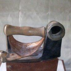 Antigüedades: ~~~~ ANTIGUA PLANCHA DE CHIMENEA DE HIERRO FORJA, MONDRAGÓN, MIDE18 X 20 X 11 CM.~~~~. Lote 241493060