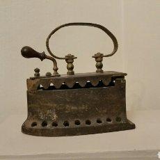 Antigüedades: ANTIGUA PLANCHA DE HIERRO PARA CARBÓN. SIGLO XIX. CON MANGO LISO DE METAL.. Lote 241538280