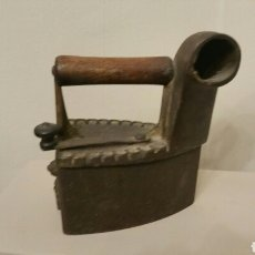 Antigüedades: ANTIGUA PLANCHA DE HIERRO PARA CARBÓN CON CHIMENEA. SIGLO XIX.. Lote 241543675