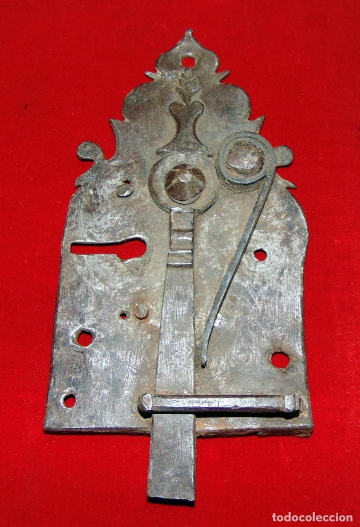 Antigüedades: precioso pestillo siglo XVIII, cincelado, funciona ver fotos - Foto 2 - 241859105